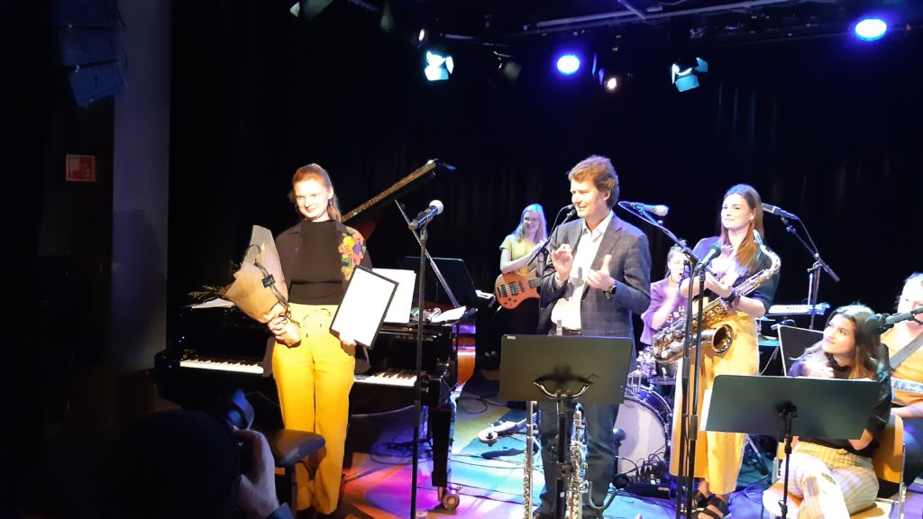 Ingrid Ø. Steinkopf fikk årets Storbandpris under konserten med Starlight Big Band 9.okt i Dokkhuset. Prisutdeler var Per Axel Koch, styremedlem i NJF og styreleder i Midtnorsk jazzsenter.